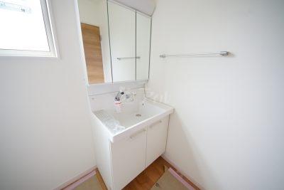三面鏡仕様の洗面台は収納スペースもバッチリ◎(1号棟)