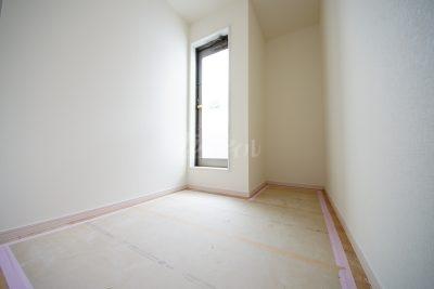 フリースペースになっております(*^_^*)バルコニーへ隣接していますので、家事部屋としてご利用されても良いですね♪(1号棟)