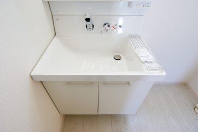 洗面台はシンクが深く、収納スペースも豊富(3号棟)同仕様