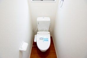 トイレは1、2Fともにございます ウォシュレット機能つき。温水便座仕様でいつでも快適です(同仕様)