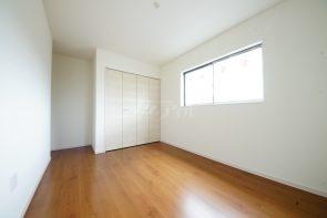 2階には洋室が3部屋。ウォークインクローゼット付きのお部屋もあります。(同仕様)