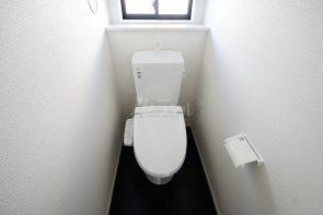温水洗浄便座付きのトイレ。汚れてもサッとひと拭きでお手入れ簡単です。(同仕様)