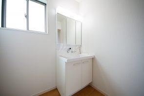 収納力がある三面鏡仕様の洗面台を採用しました!(同仕様)