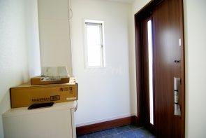 広くて明るい玄関は気持ちの良い空間。下駄箱収納付です(同仕様)