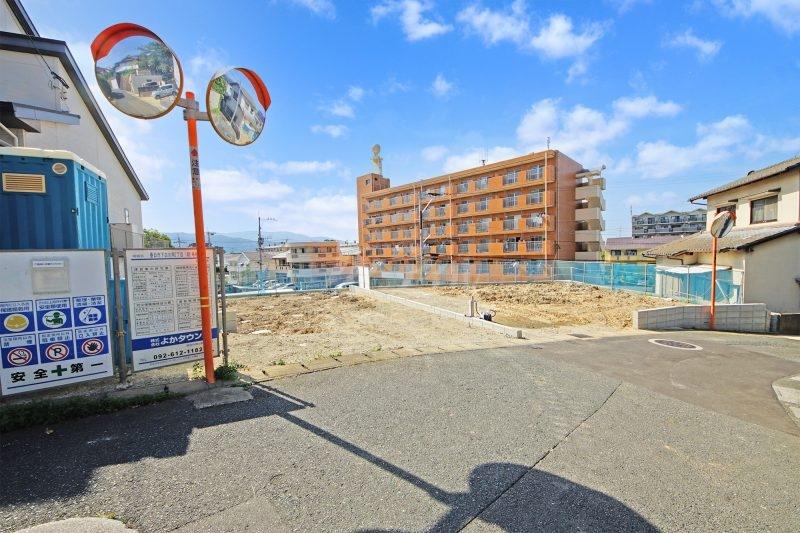 閑静な住宅地に完成予定です。 全2棟。 現地(2021年9月下旬)撮影