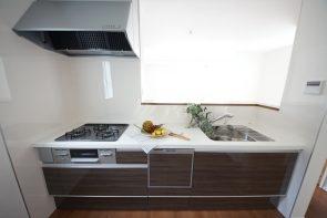 使い勝手のよいシステムキッチンは収納力も豊富。リビングを見渡せるカウンタータイプ。(同仕様)