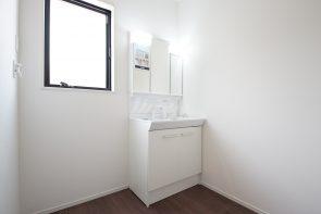 洗面化粧台は三面鏡タイプを採用(同仕様)