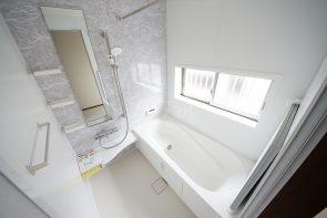 1坪タイプのバスルーム!浴室暖房乾燥機付きで、いつでも快適にお過ごしいただけます。小窓にも格子付きで安心(同仕様)