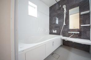浴室暖房乾燥機付きの広々1坪タイプのバスルームで一日の疲れも癒されますね(同仕様)