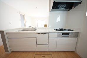 対面式にキッチンは和室まで見渡すことができます(同仕様)