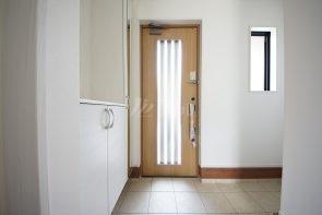 姿見付きの下駄箱収納、玄関ドアの正面には可動棚収納を設置しており、スッキリと片付きます(同仕様)
