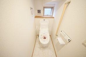 ウォシュレット付きトイレ。換気と採光に配慮した小窓付きです☆(同仕様)