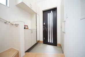 玄関はシューズボックス付きでスッキリ収納できます(1号棟)