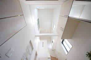 玄関上部は開放感のある吹抜空間に(1号棟)