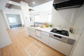キッチンには食洗機・床下収納・スパイスニッチなど、家事に役立つ機能満載です(1号棟)