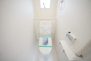 1、2階ともにウォシュレット機能付きの快適なトイレ♪小窓・手すり付き(1号棟)