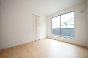 洋室5.25帖。バルコニーへと繋がるお部屋です。お子様の居室としても活用できます(1号棟)