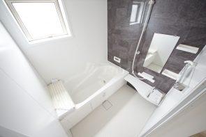浴室にはオートバス機能、浴室暖房乾燥機付きと機能面も充実。足をのばして入れるサイズのバスタブです♪(同仕様)