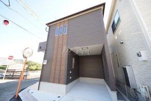 お車は2台駐車可能。1台は屋根付き車庫をご用意しました(2号棟)