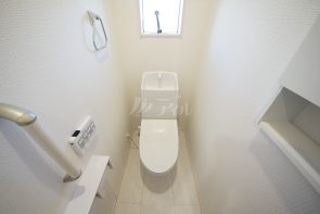ウォシュレット機能付きトイレ。各階に設置してあります(2号棟)