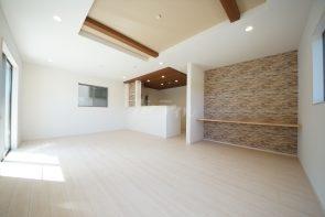 折上天井やキッチン上部のポップアップ天井が高級感を演出します(2号棟)