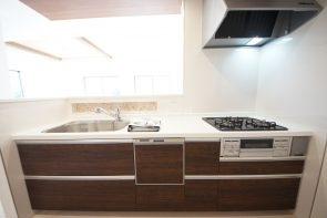 対面式のキッチンはリビングが見渡せてコミュニケーションもとりやすい設計に(2号棟)