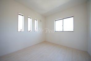 洋室5.25帖。2階の居室は全室2面採光で明るい印象です(2号棟)