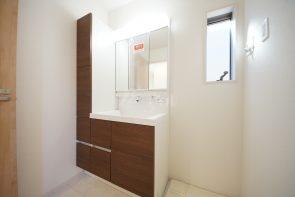 三面鏡仕様の洗面台は収納スペースも豊富です(2号棟)