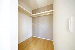 洋室には大容量タイプのウォークインクローゼット収納を設置(同仕様)