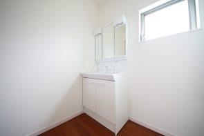 洗面室には窓がありますので換気もスムーズです(同仕様)
